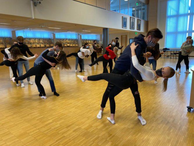 Vanhojen tanssien harjoittelua